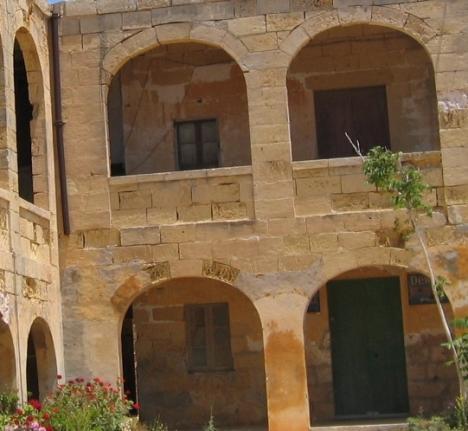 Wo befindet sich dieser Balkon und was beherbergt er . . . ??
