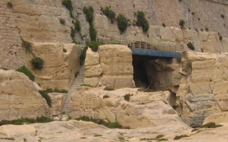 Wo findet man diese blaue Brücke . . .