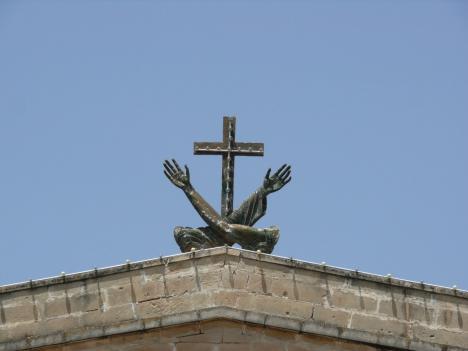 Auf welcher Kirche steht das Kreuz mit den flehenden Armen?