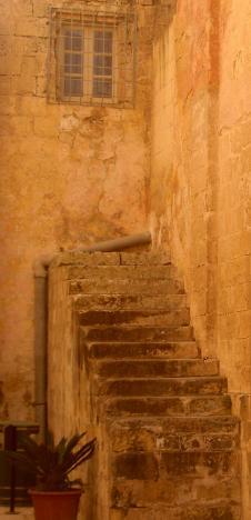 Mit dem Kopf durch die Wand? Wo findet man diese Treppe?